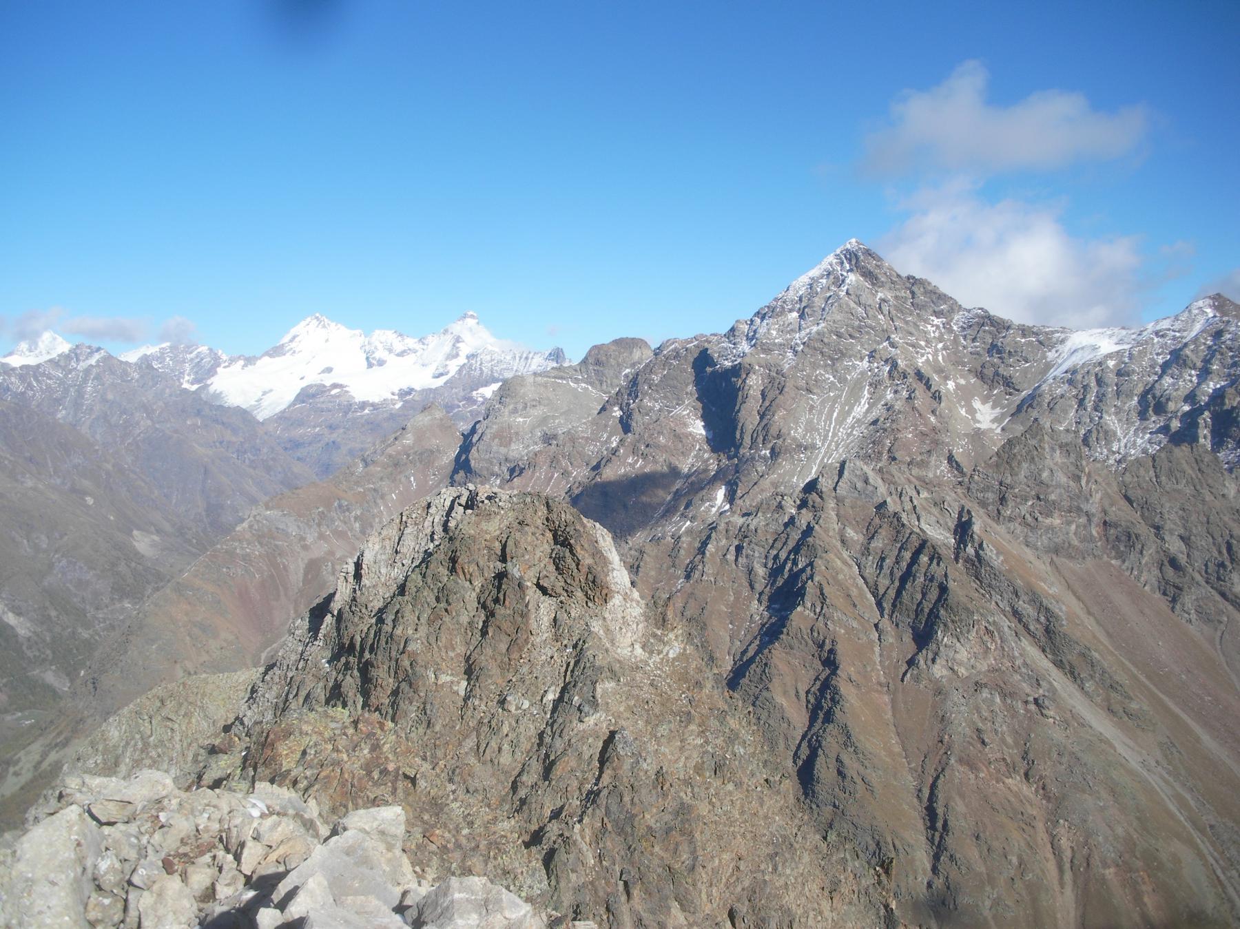 Dalla Becca d'Invergnaou centrale in primo piano la cima est subito dopo la Luseney e al fondo il Dent d'Herens..