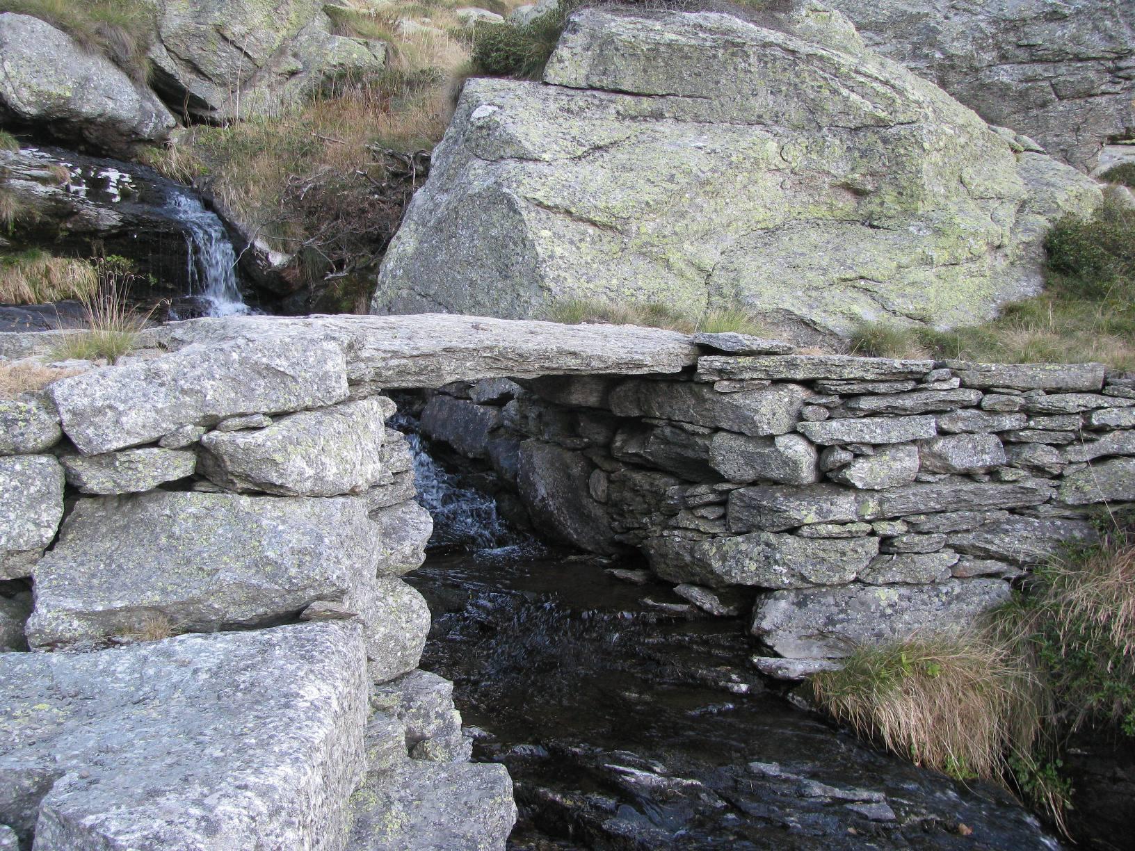 Bel ponticello in pietra presso l'Alpe Balmot