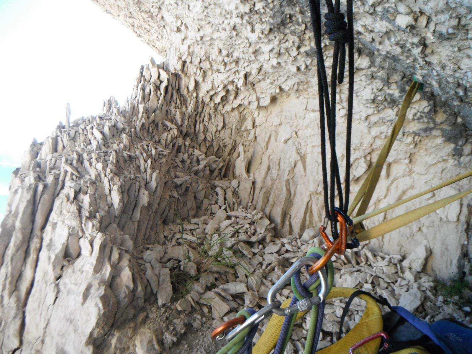 ottima roccia nella nicchia di sosta sopra al 7b...
