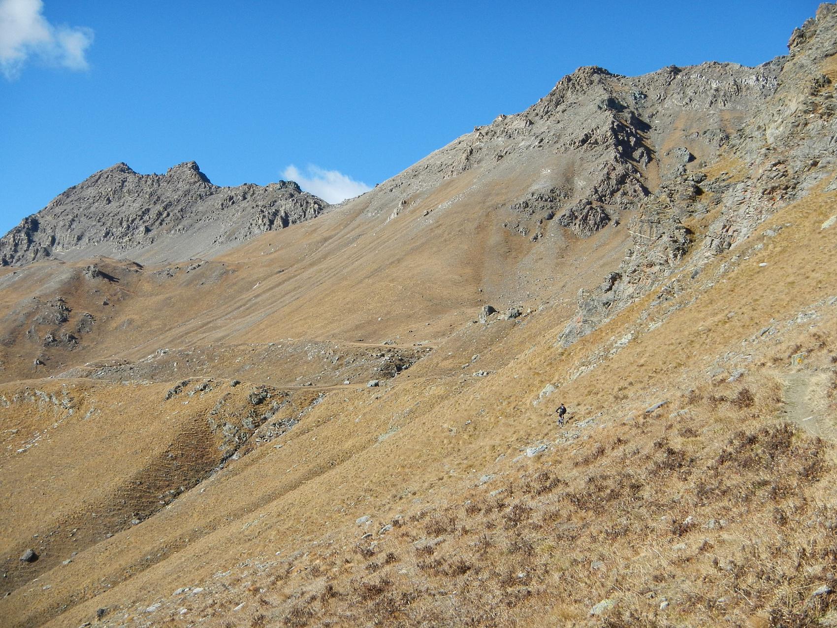 a quota 2600 m. si lascia lo sterrato per un sentiero con tratti ciclabili