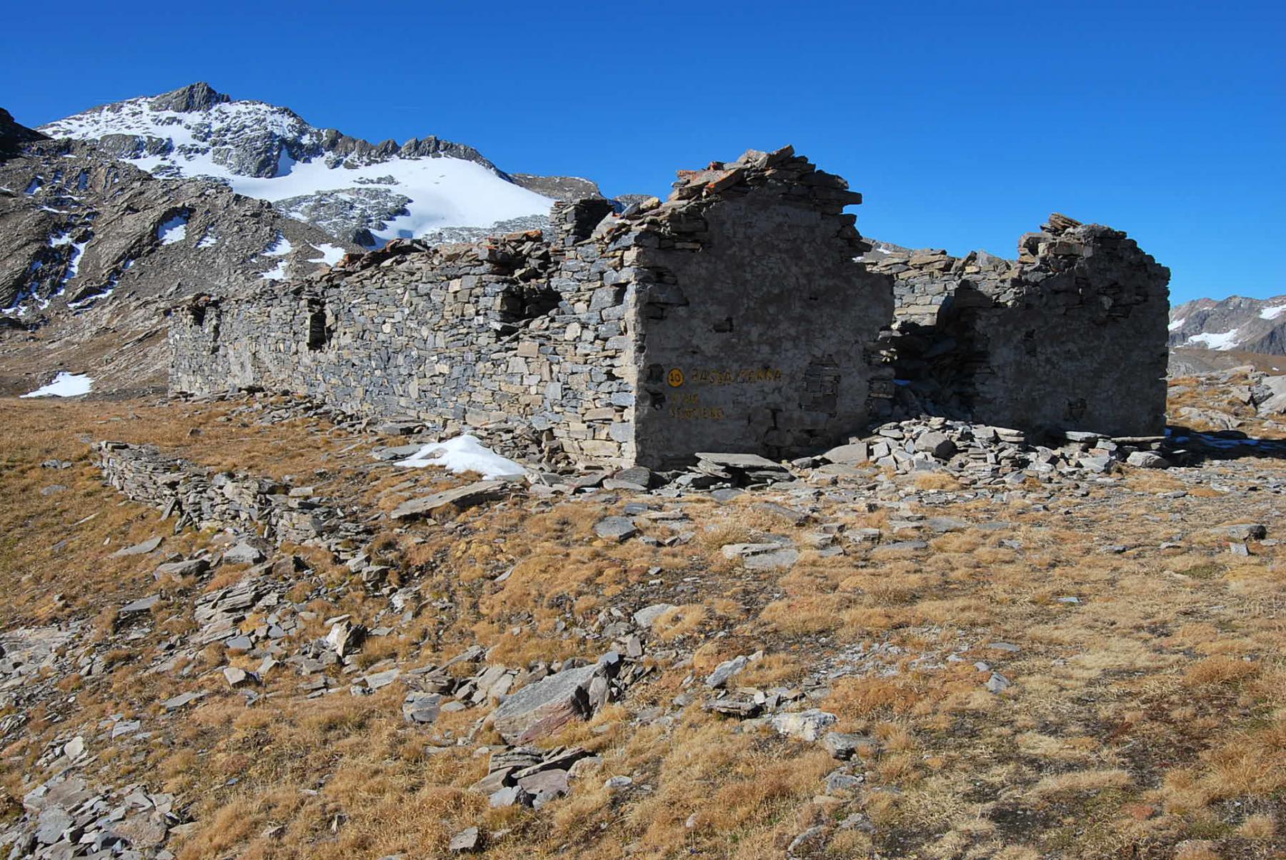 L'arrivo al Colle di Bassa Serra, con le fortificazioni. Qui termina il sentiero.