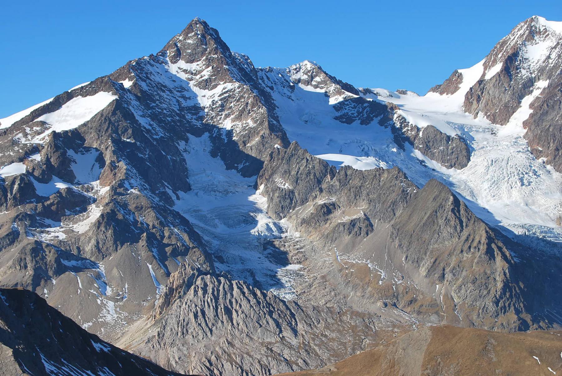 L'Aig. des Glaciers, il Ghiacciaio di Estellette e la cresta su cui è collocato il Bivacco Hess