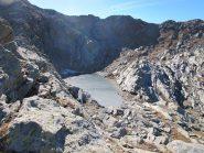 Lago Giassetto, a dx in fondo il pendio di discesa