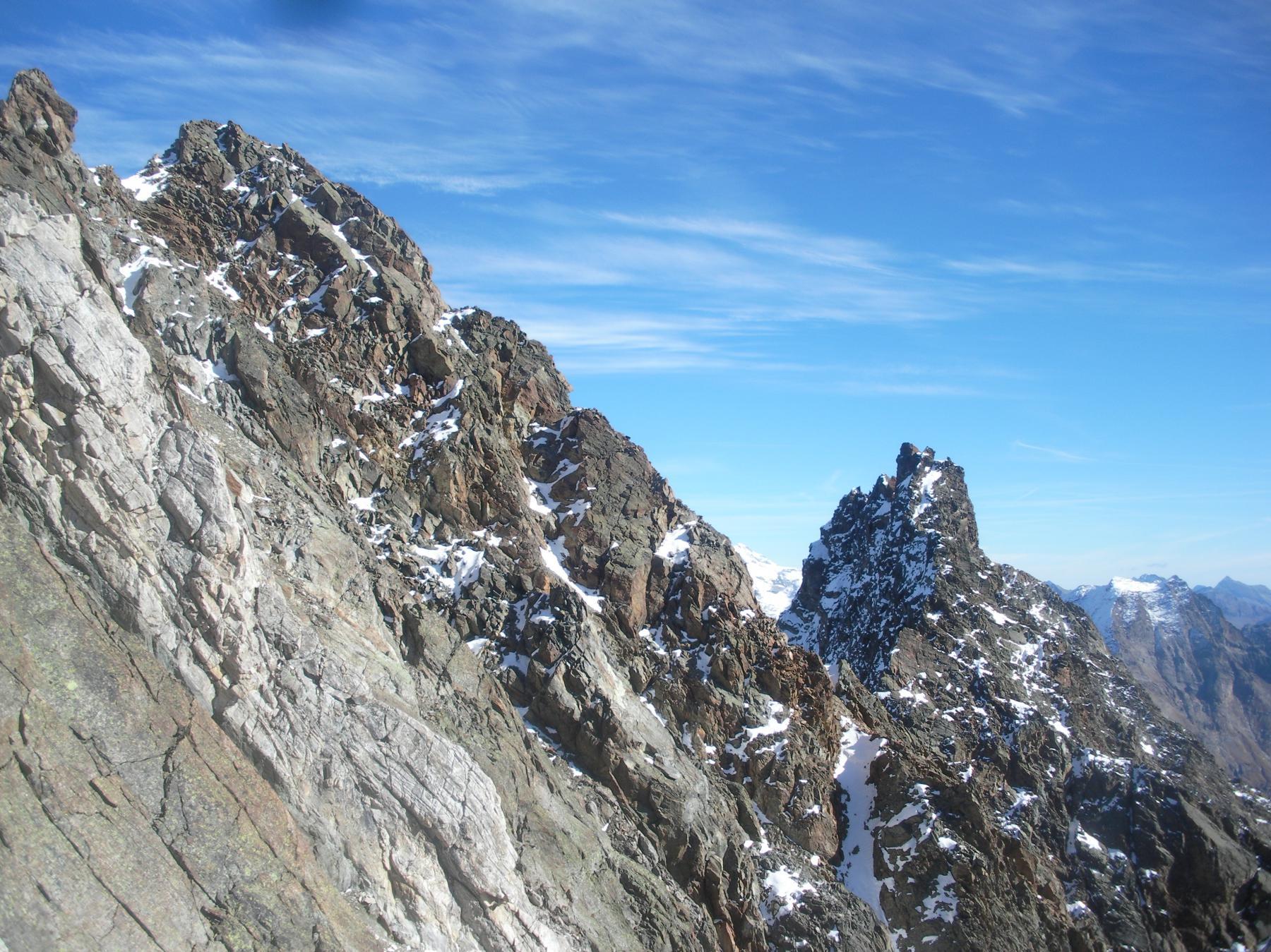 le due Becche de Lacs in alto a sx e Rouge a dx  in mezzo il Col des Lacs..