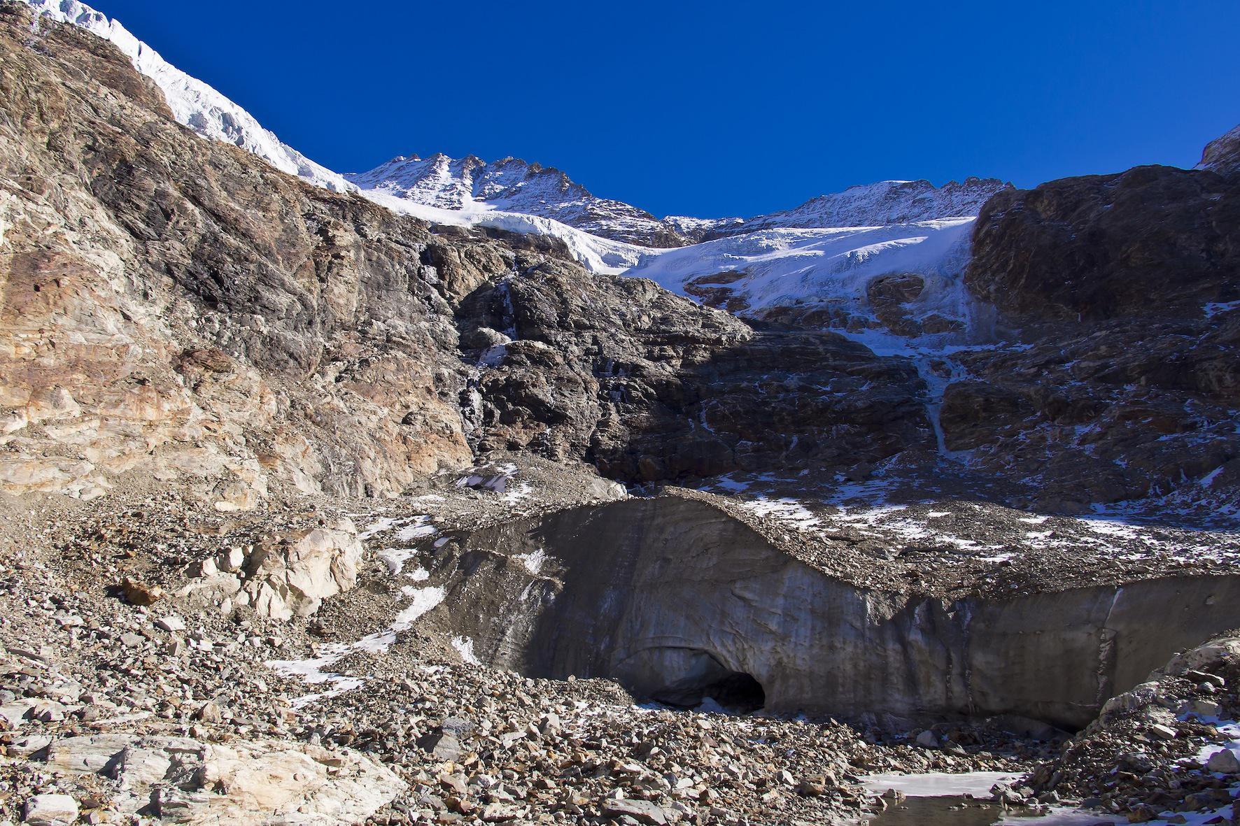 sotto il bacino meridionale del ghiacciaio delle G.des Murailles, in alto a sinistra la Becca di Guin, a destra la punta Budden