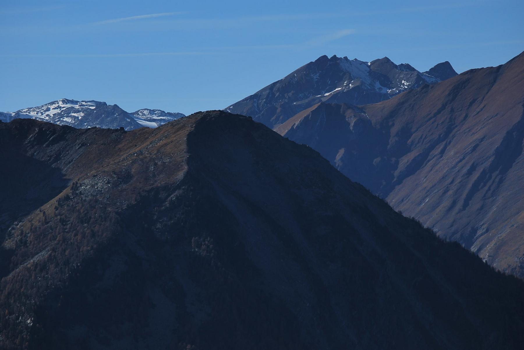 Sullo sfondo contro il cielo: Miravidi, Forclaz e la cresta del Mt. Ouille