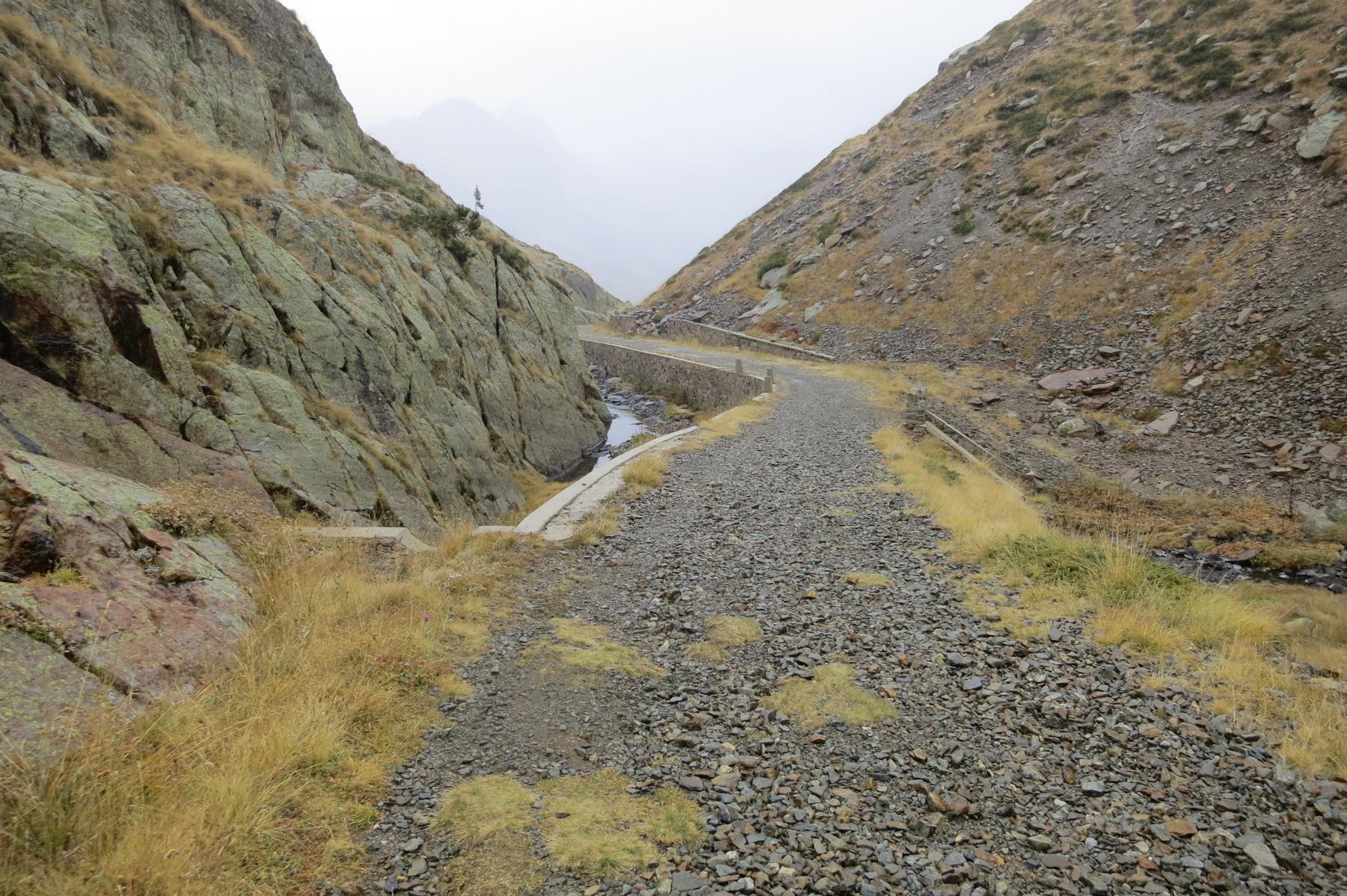 la perfetta strada militare che sale al lago di Valscura