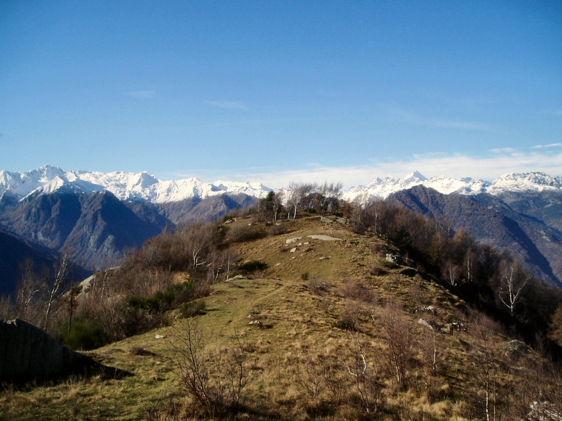 verso la punta con lo sfondo delle vette della Valchiusella.