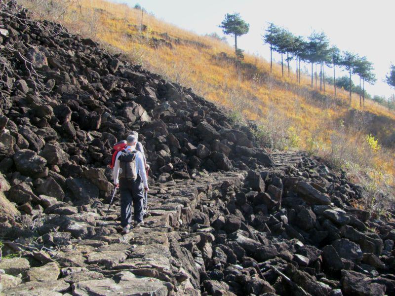 nelle pietraie il sentiero è ben sistemato