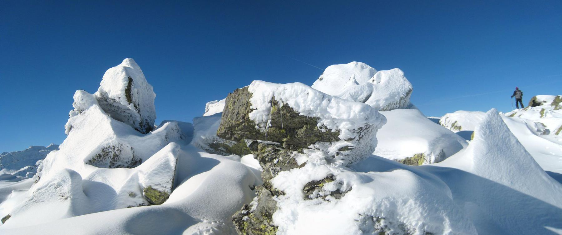 il vento ha fatto il suo lavoro sulle rocce della cima