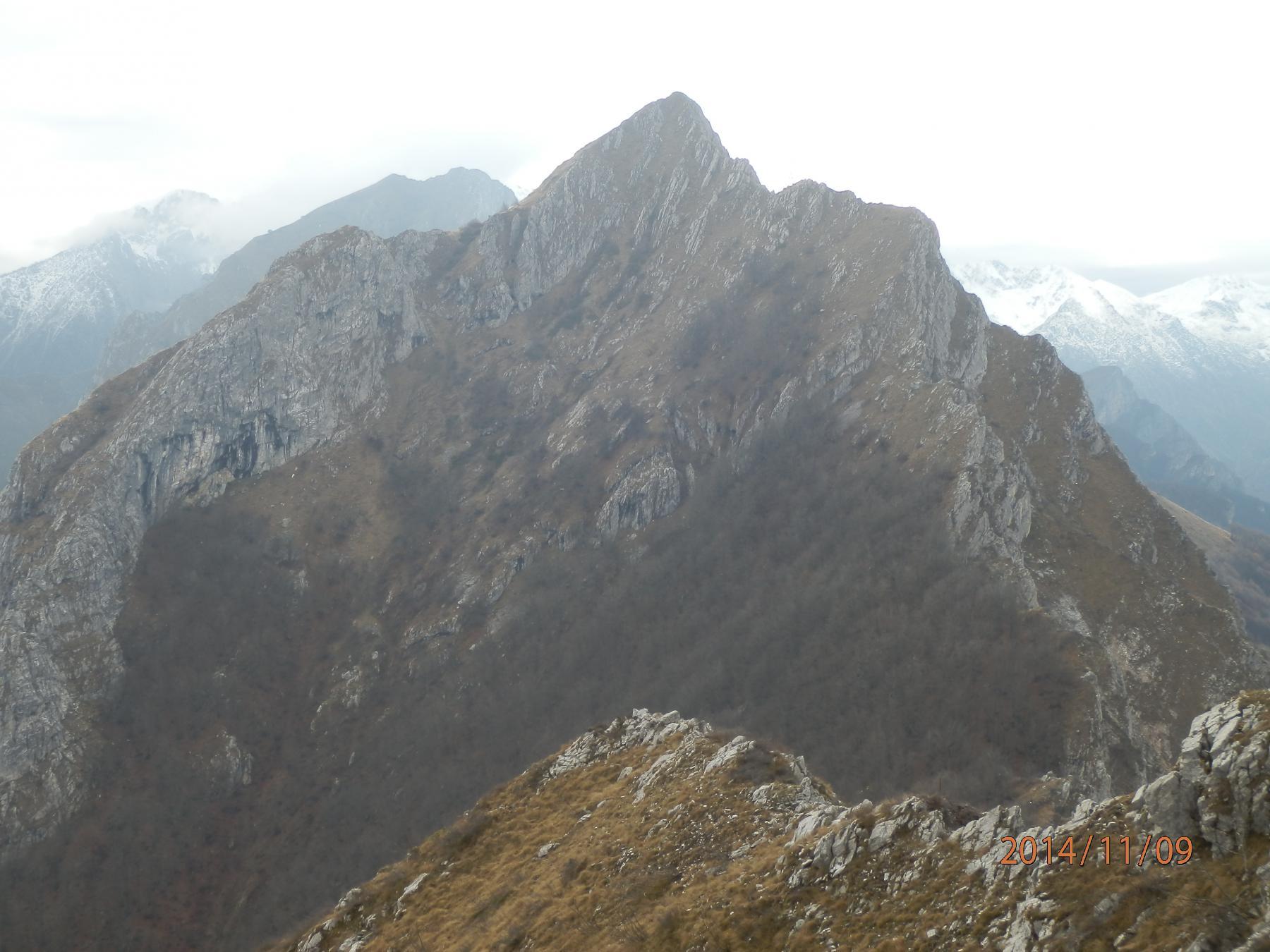 9- le Rocce della Scregna,sorprendentemente severe da questa angolazione...