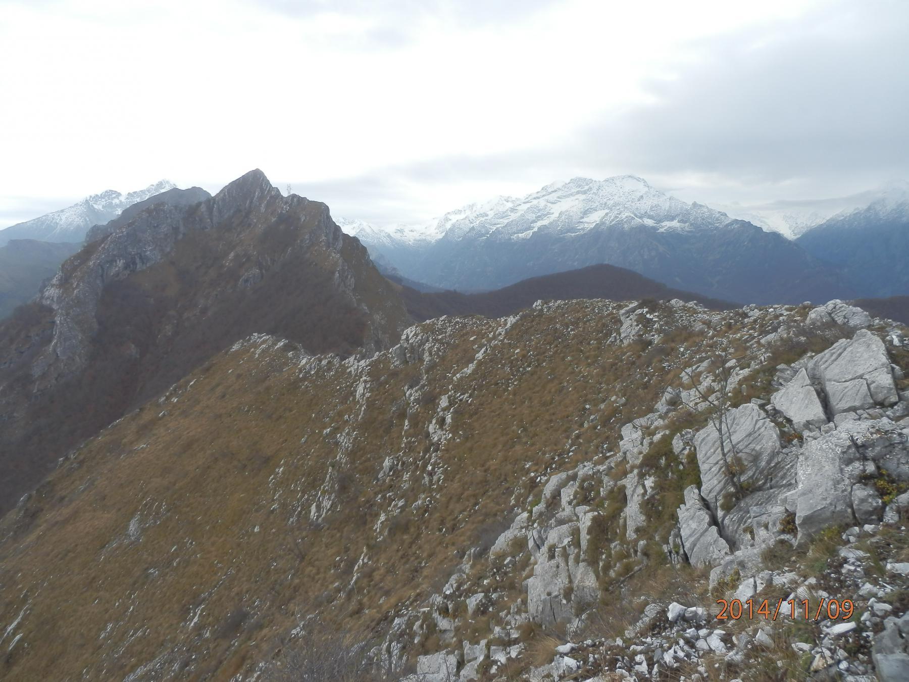 7- uno sguardo indietro; la cresta tra antecima e cima