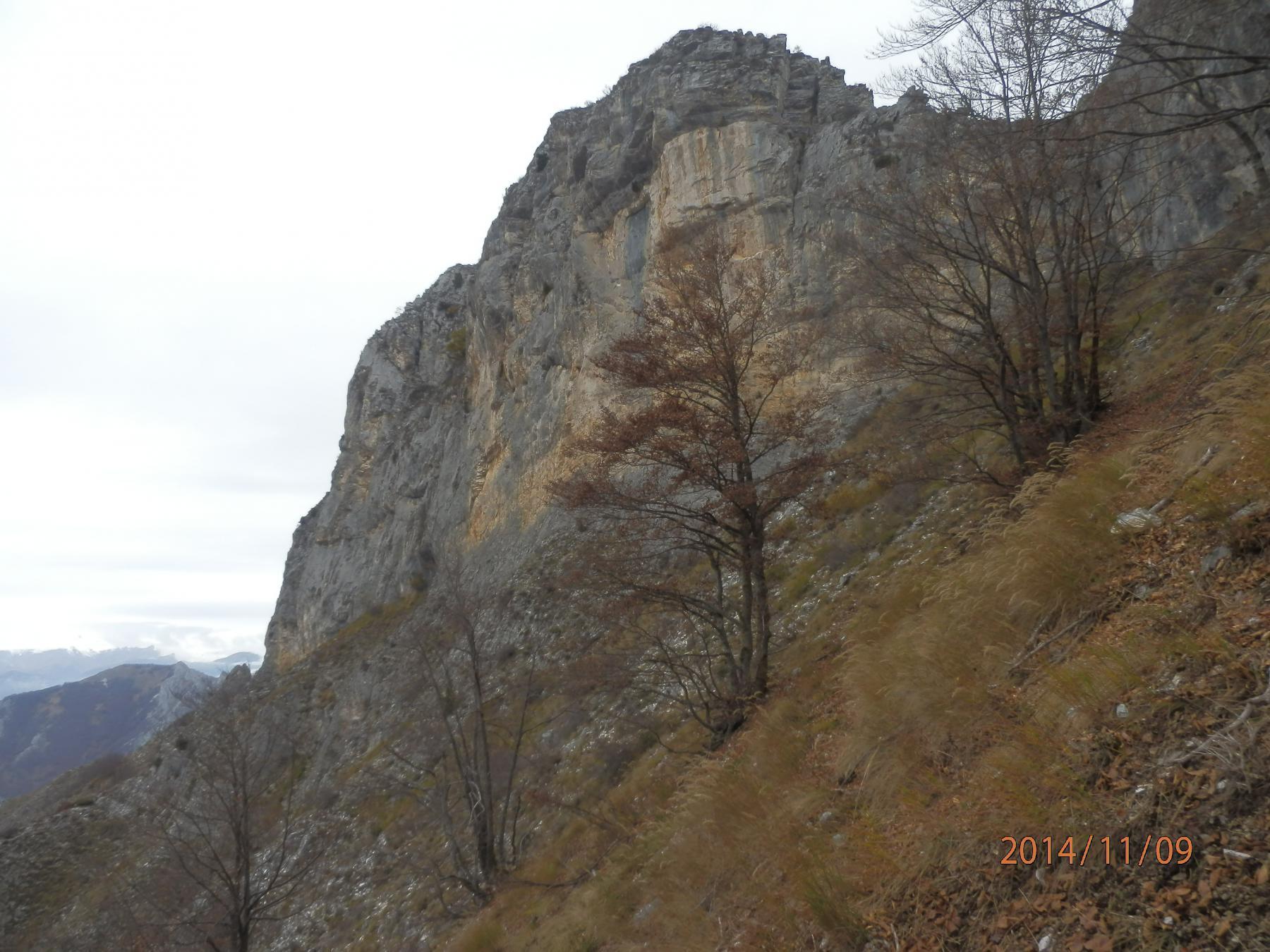 3- a pochi passi dalla bastionata rocciosa del Passo