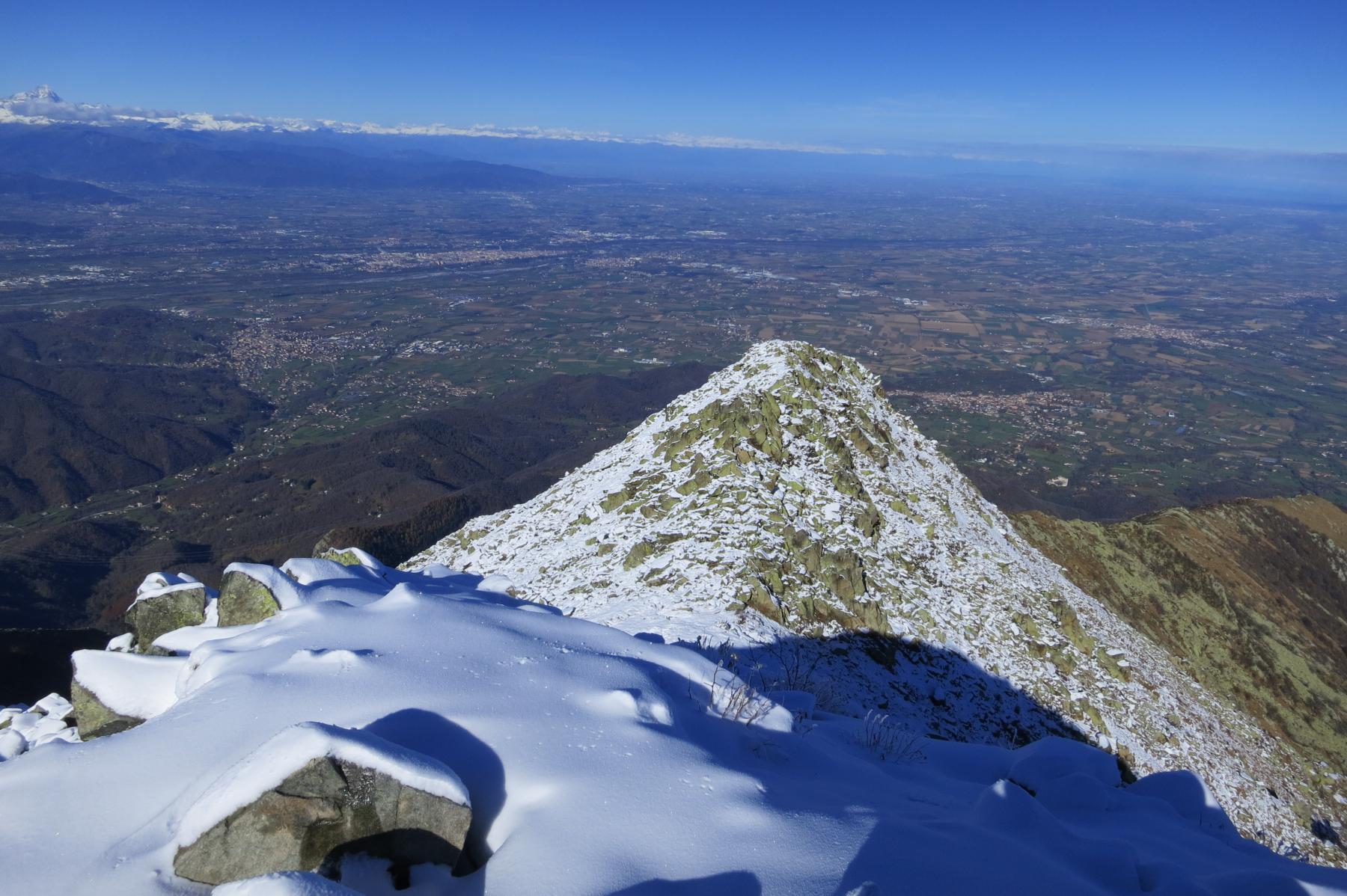 solito eccezionale colpo d'occhio sulla pianura di Cuneo e la cerchia alpina