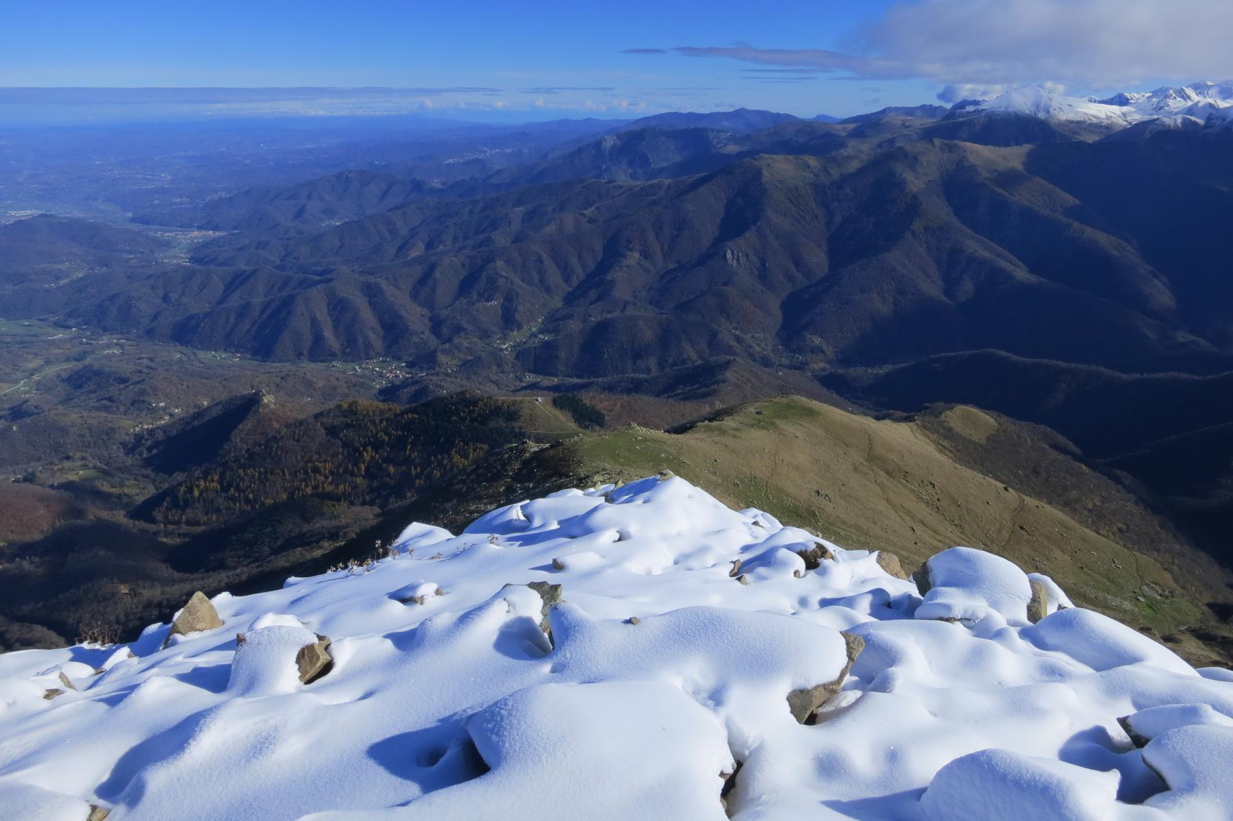 dorsale Est, non visibile la costa della mula che scende verso C.Morteis con, a dx dell'Osservatorio, la pinetina e la dorsale boscosa col sentiero che passa nelle Borgate Ciccioni