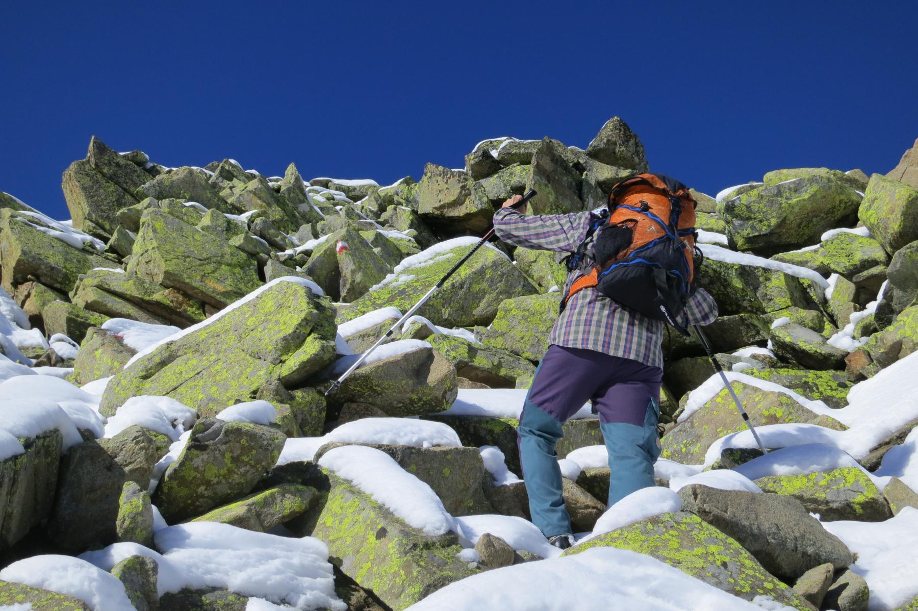 sui pietroni della punta la neve obbliga a un po' di ginnastica