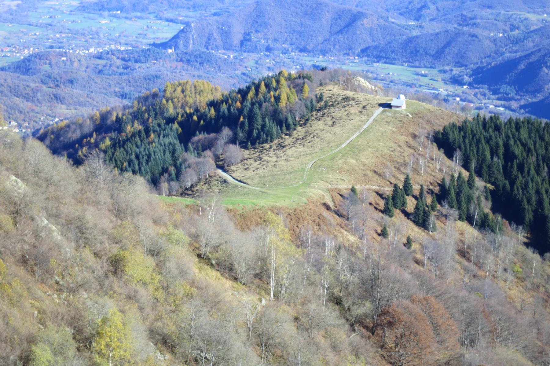 al Col Morteis si giunge dalla traccia visibile a destra