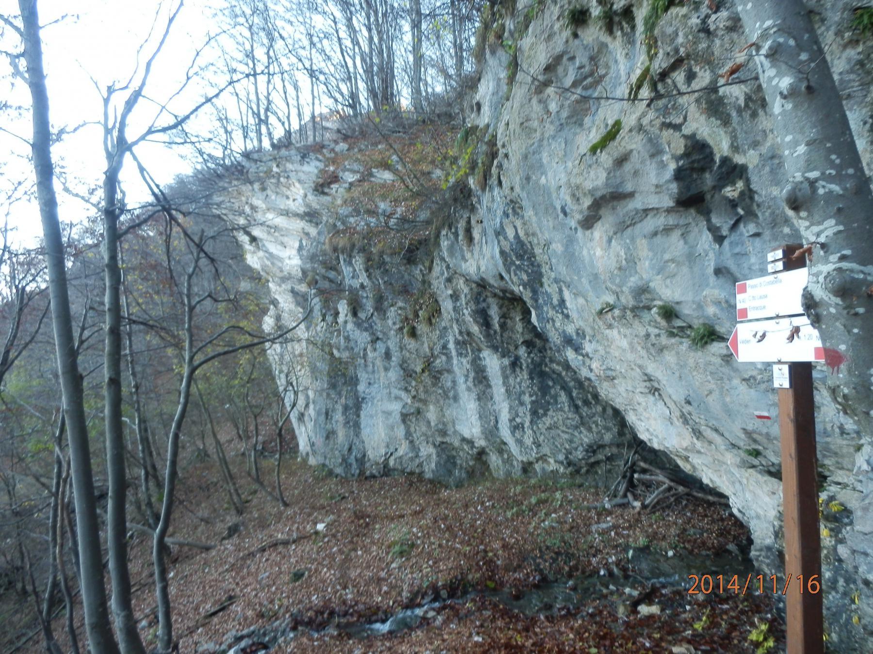 lungo la salita al Passo di Costabella; suggestivi anfratti rocciosi...