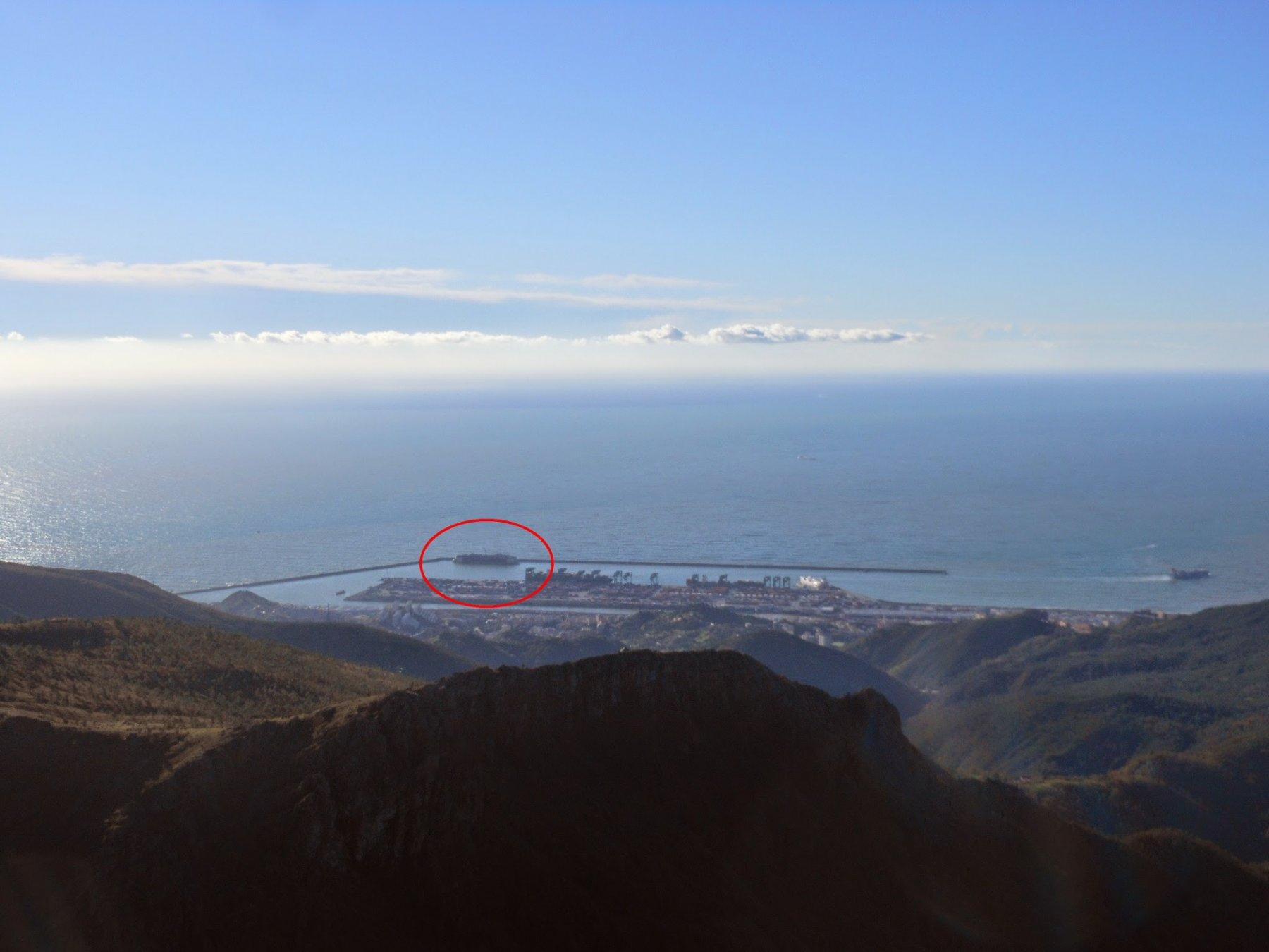 Zoomata al porto di Genova-Voltri sul relitto della Costa Concordia.