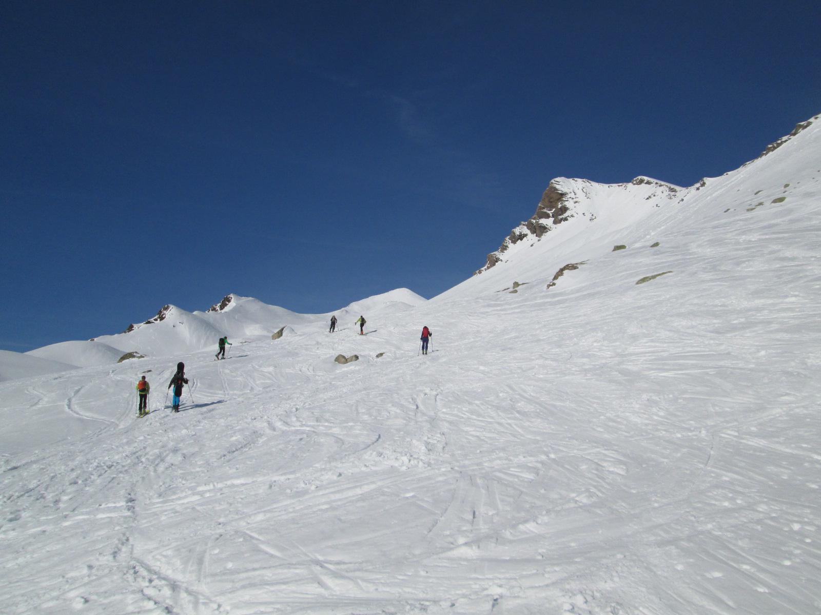 il lungo vallone di salita, con la cima in fondo