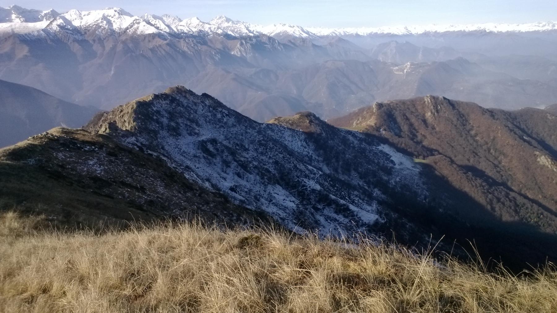 Da quota 1.950 vista sulla dorsale salita e su Passo Ceresole
