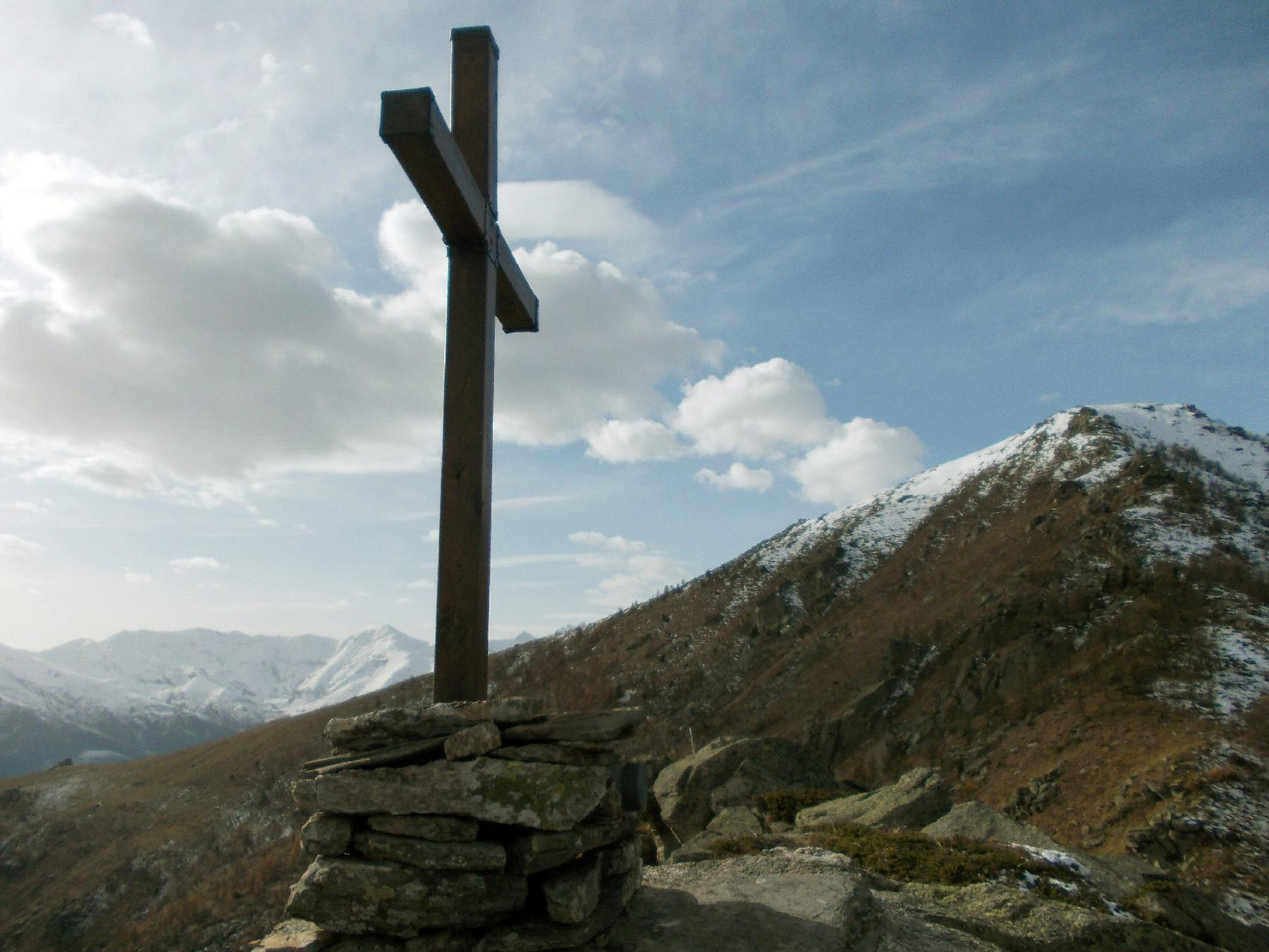 la croce di vetta e la Punta Selassa