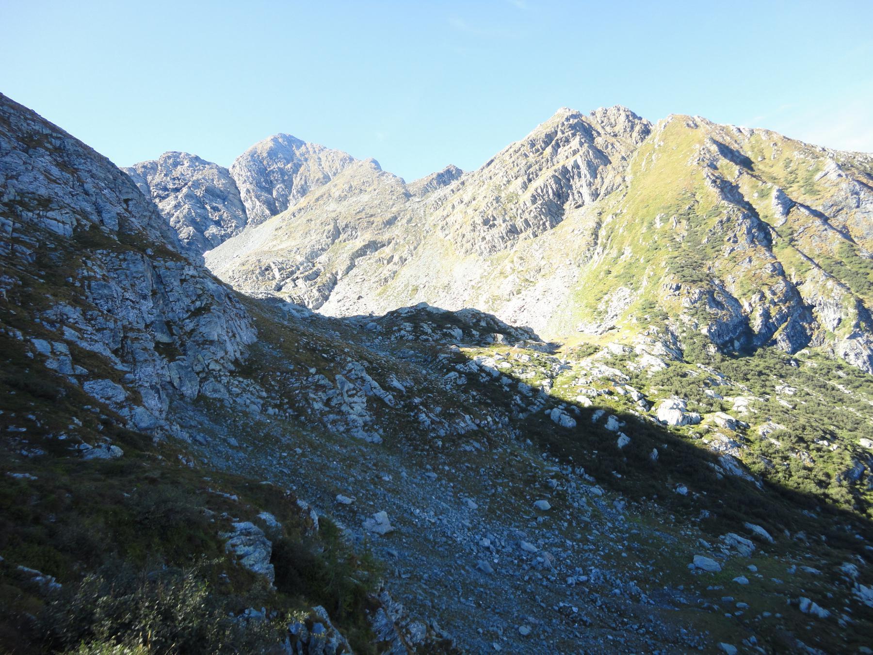 Punta della Forcola e a sx Rocca del Forno dalla conca sottostante
