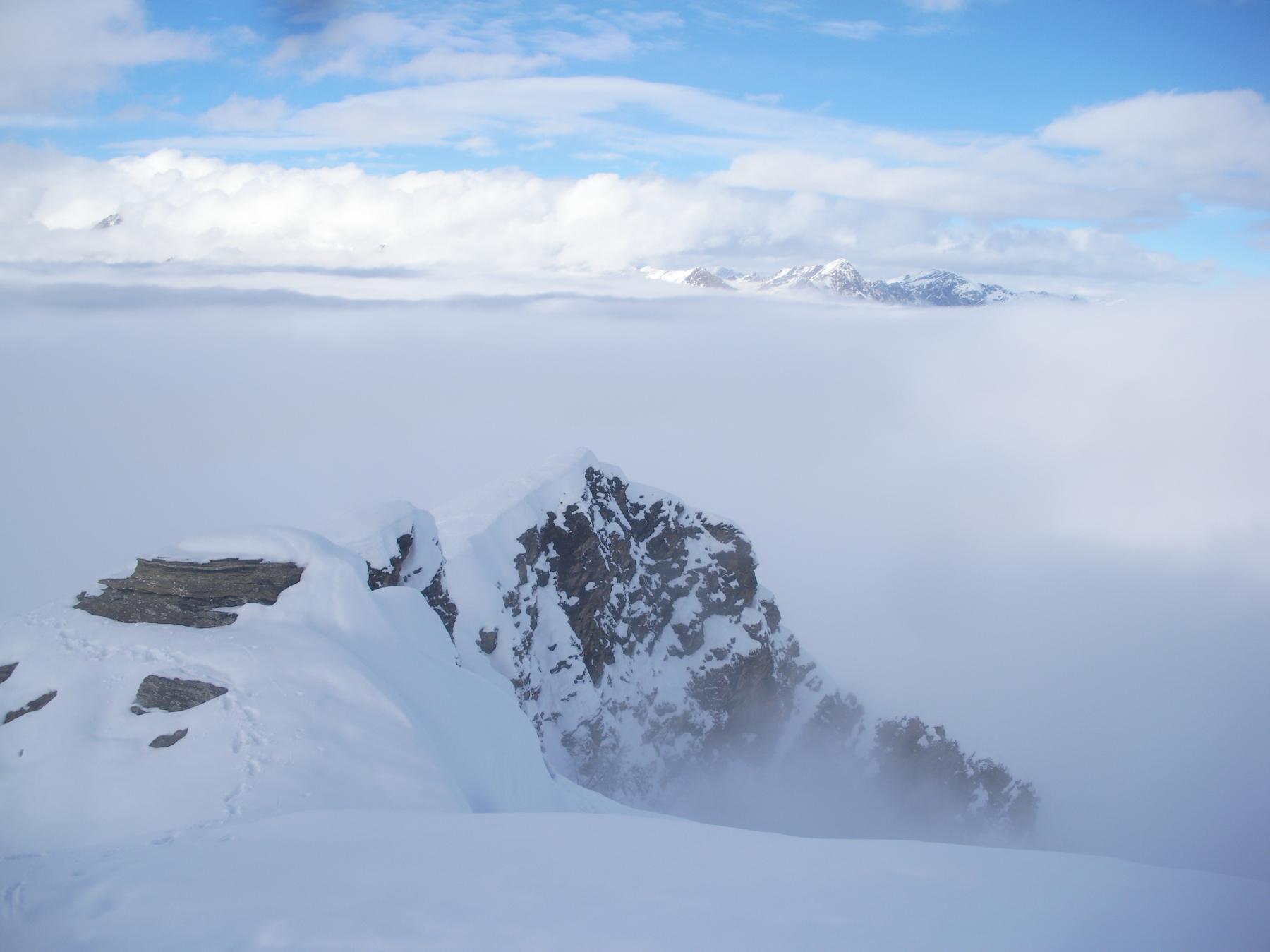 l'immane mare di nuvole ha il suo tetto a 2500m a.s.l.