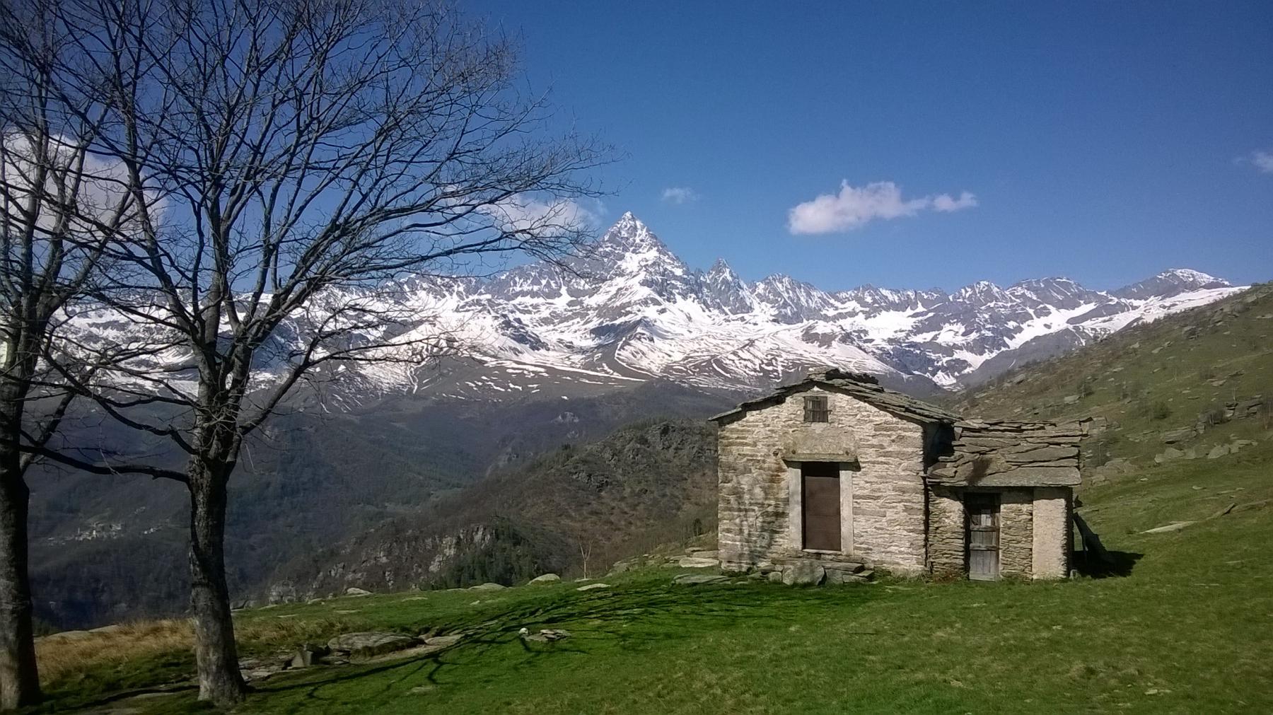 La vista del Monviso nei pressi della chiesa di S.Lucia