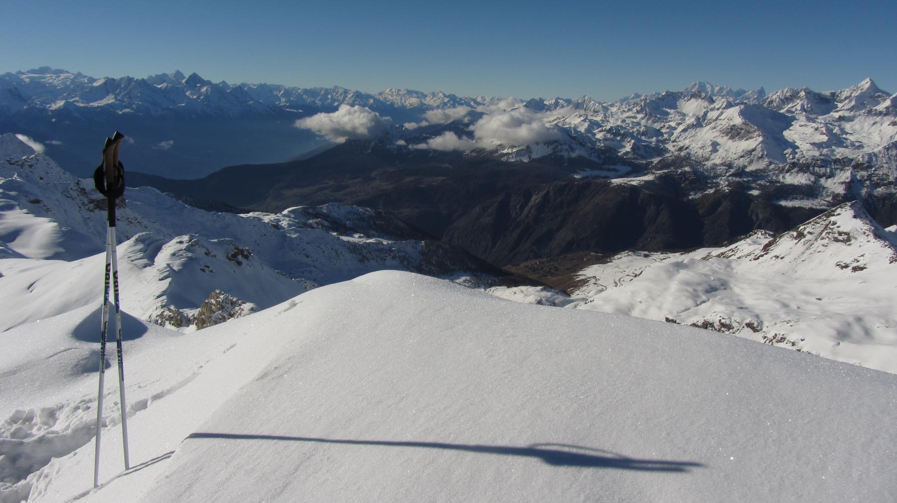 Vasti panorami dalla cima e Chamois giù in fondo ancora senza neve