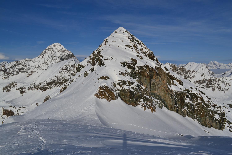 la cima vista dall'anticima. Sullo sfondo a sinistra la Punta Tersiva