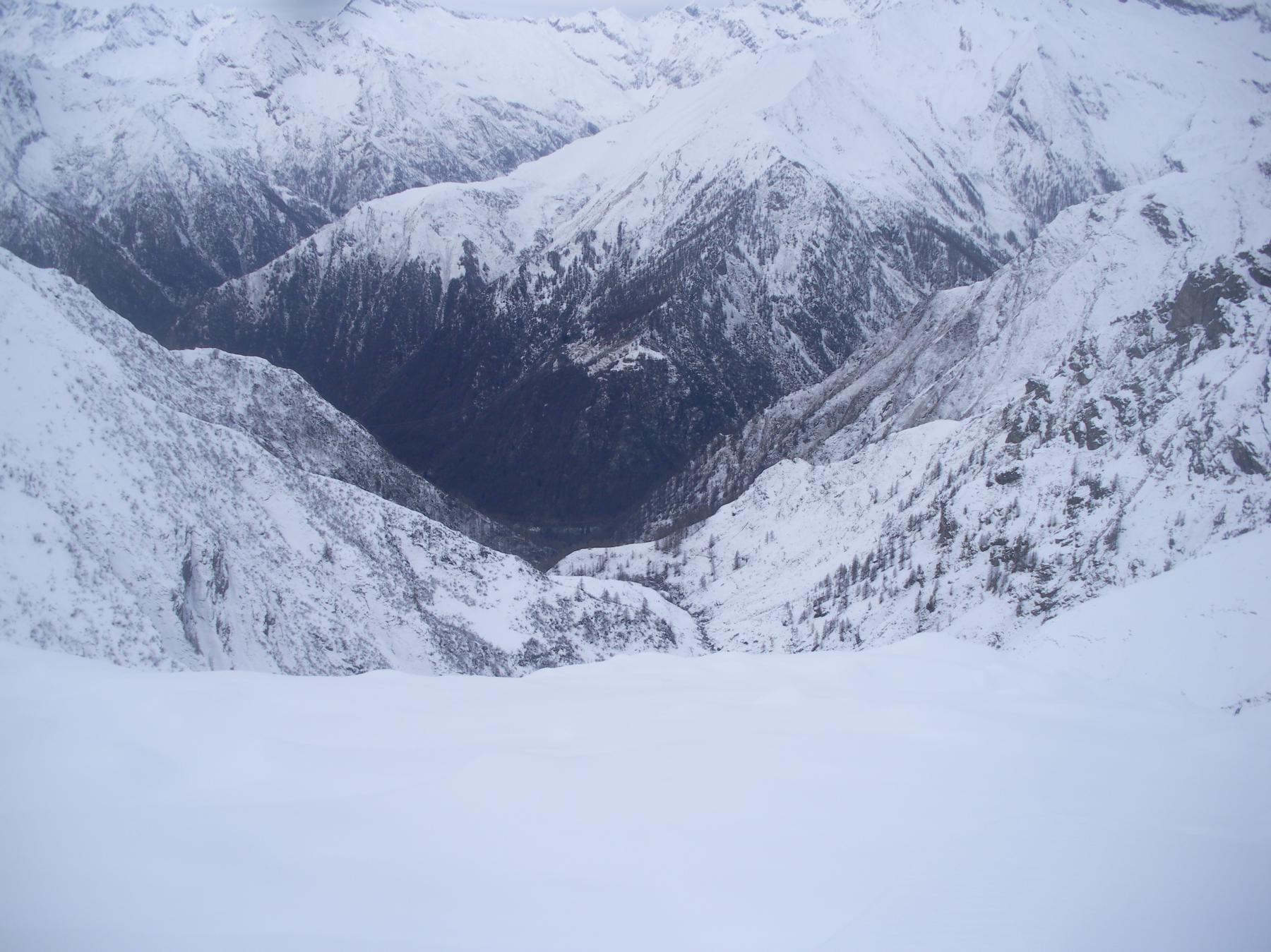 il cupo e incassato vallone d'Arlens dai piani alti..