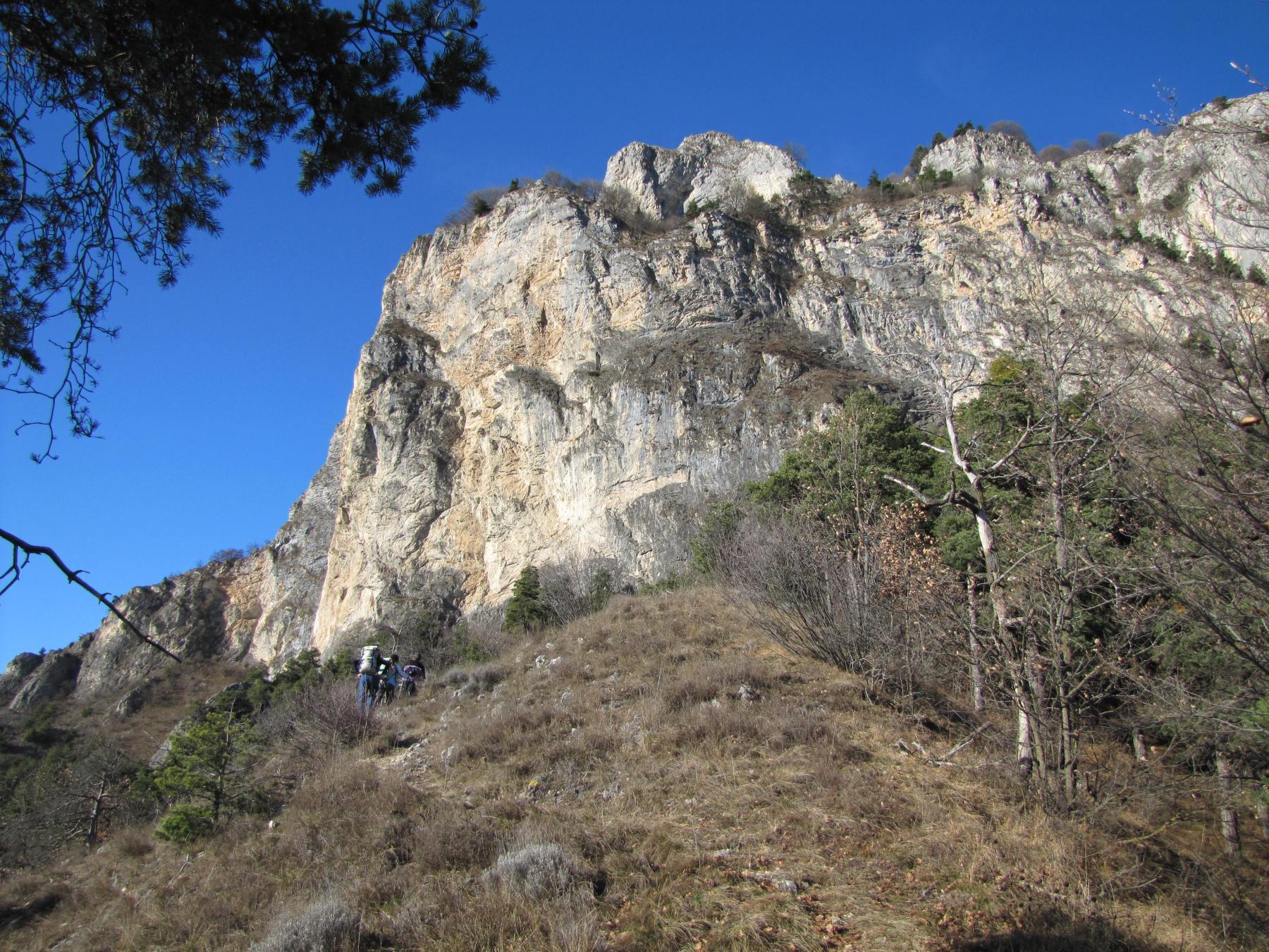 lasciando Rubbio il sentiero compie dei saliscendi sotto le pareti del monte omonimo