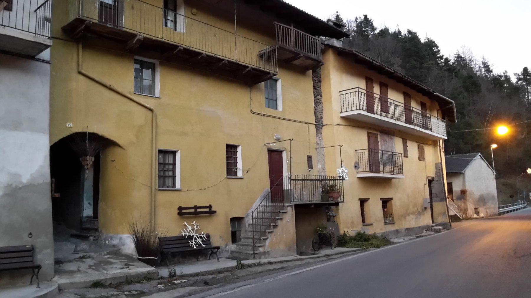 inizio sentiero dall'androne al n.15 sotto una casa gialla, a circa 40 metri dal ponte di ingresso nella frazione