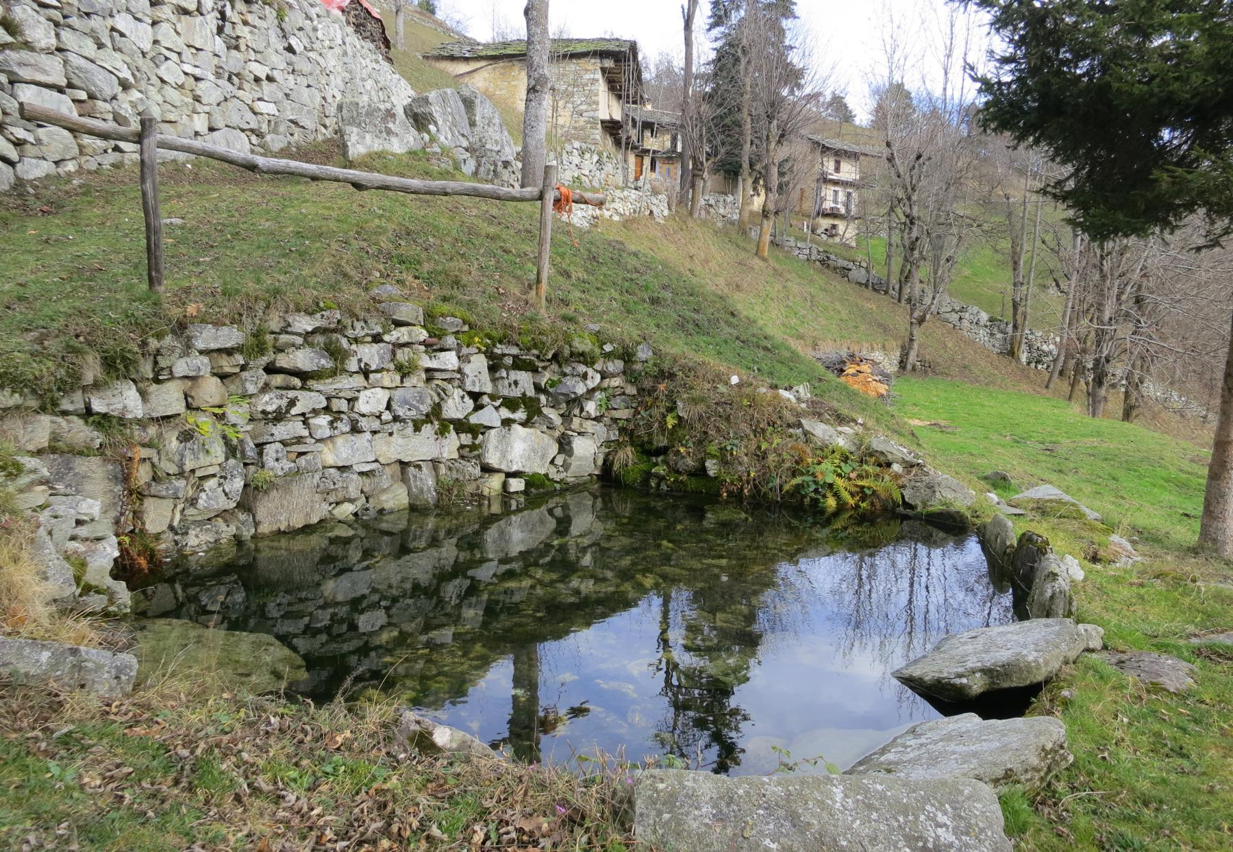 il bel bacino alimentato dalla sorgente non era utilizzato come una jacuzzi ma veniva utilizzato, oltre che per lavare, per lavorare la canapa