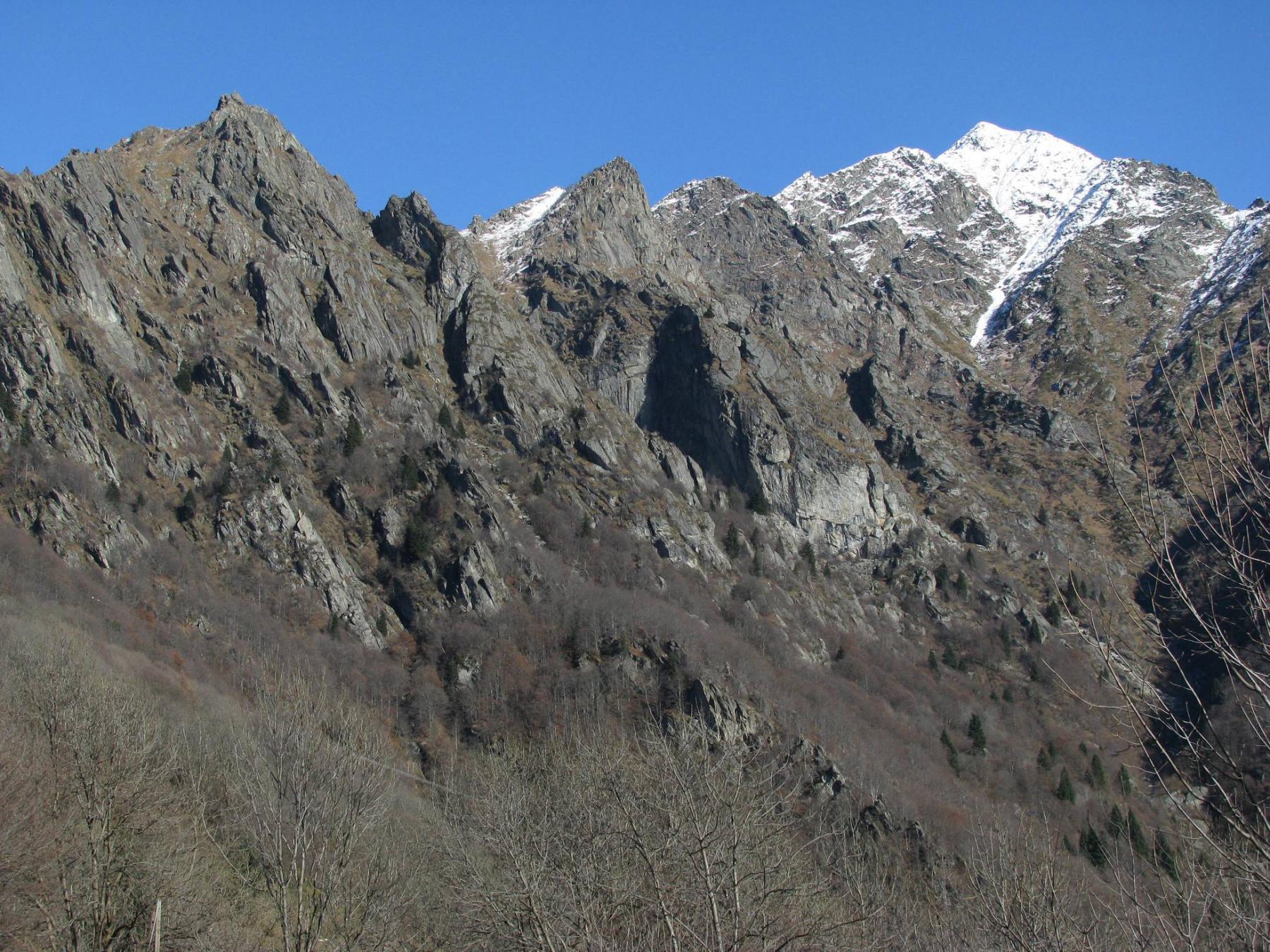 A sx. Punta delle Gheule, al centro foto la parete di Balma Cacci