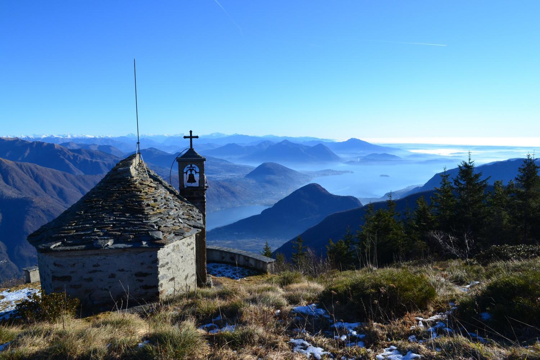 la cappella con lo splendido panorama sui laghi