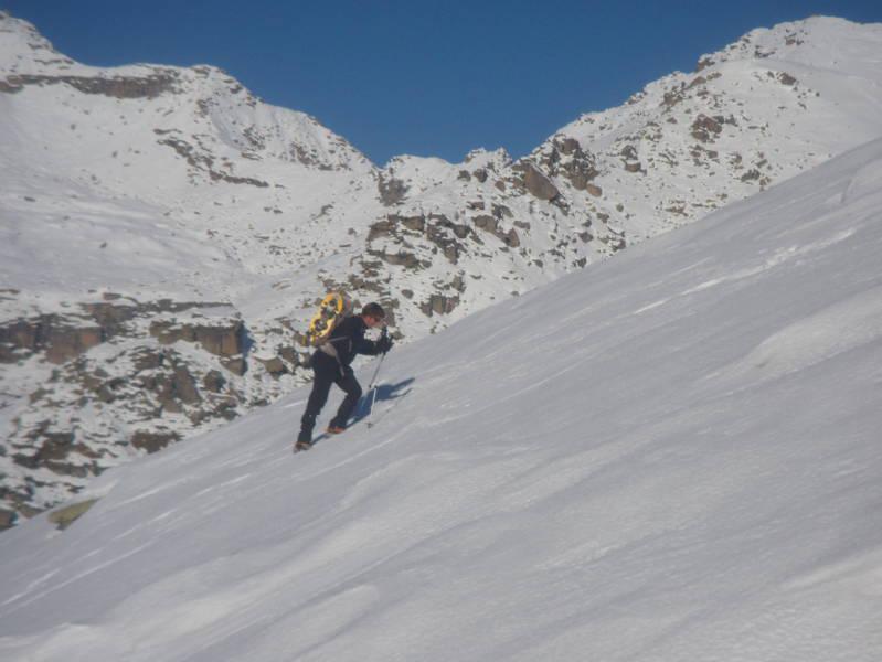 Stefano risale il pendio sotto l'alpe Rocciapian