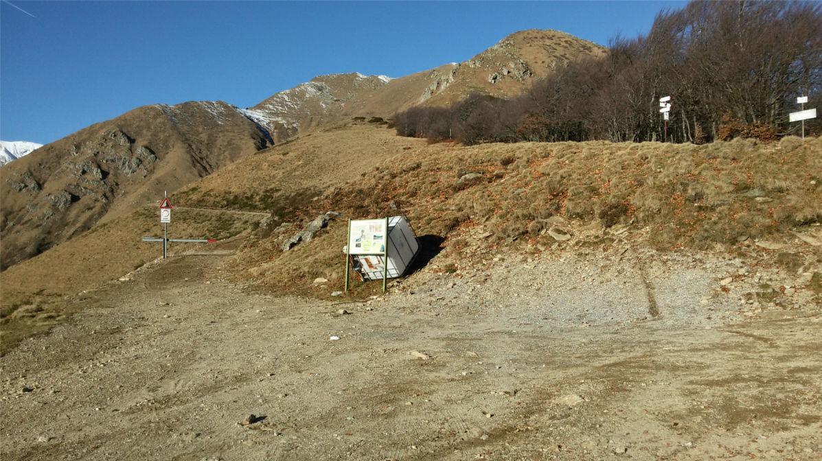 P.sso Folungo - A sx la militare, a dx il sentiero per lo Zeda (cartelli)
