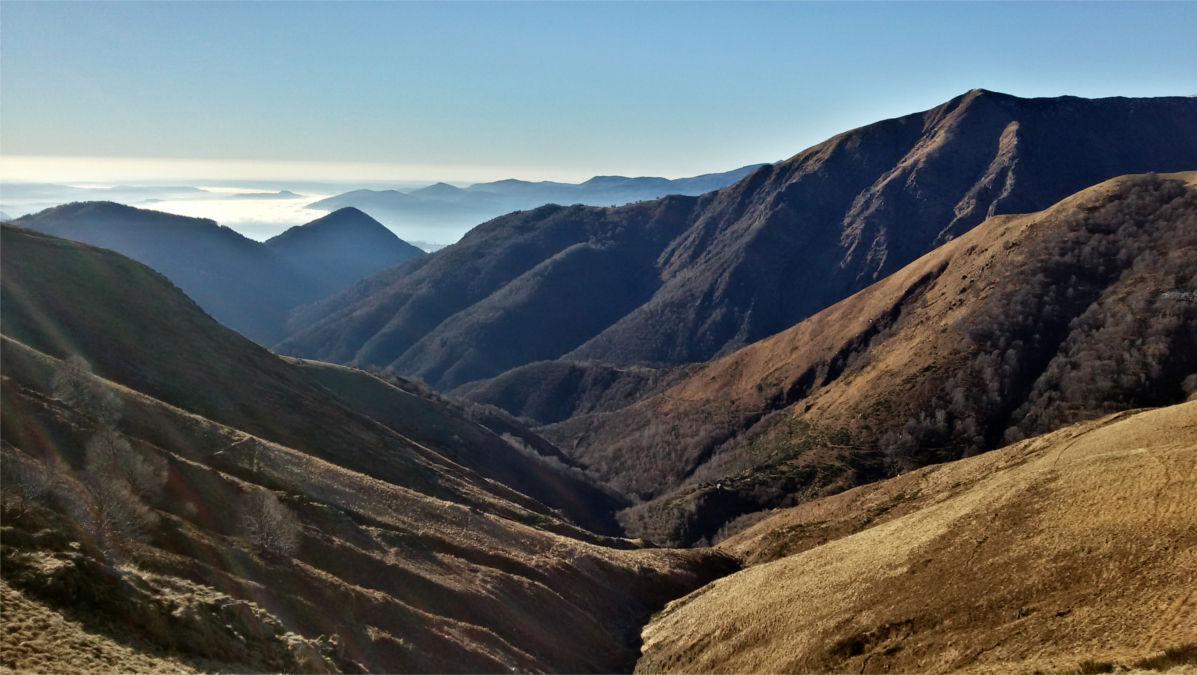 La valle risalita, visibili alcuni alpeggi visitati