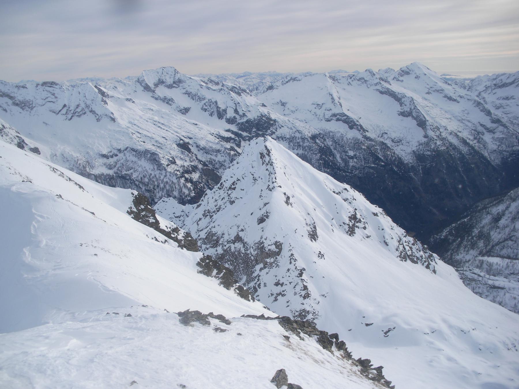 La cima di Freghera dal Corno orientale di Nefelgiu..e a ridosso le cime di confine col Canton Ticino..