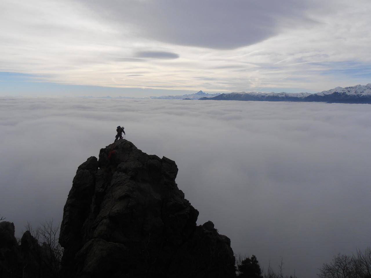 Mare di nubi. Ultimo torrione con recupero del secondo, foto Tini dal sentiero Aldo Mari