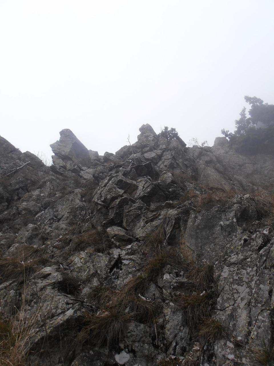 06 - il sentiero Aldo Mari si inerpica tra roccette e cengie