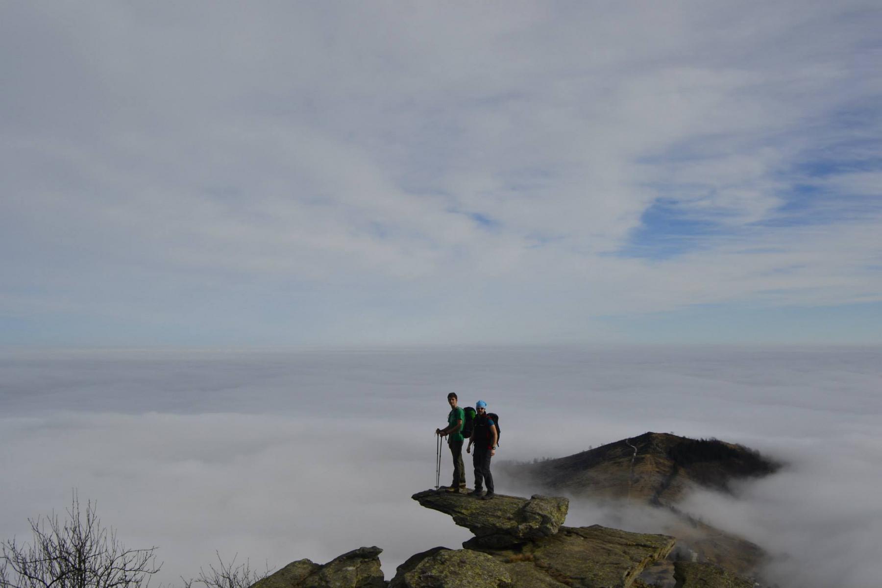 Il caratteristico pietrone sospeso.. dietro di noi la pianura sotto la nebbia