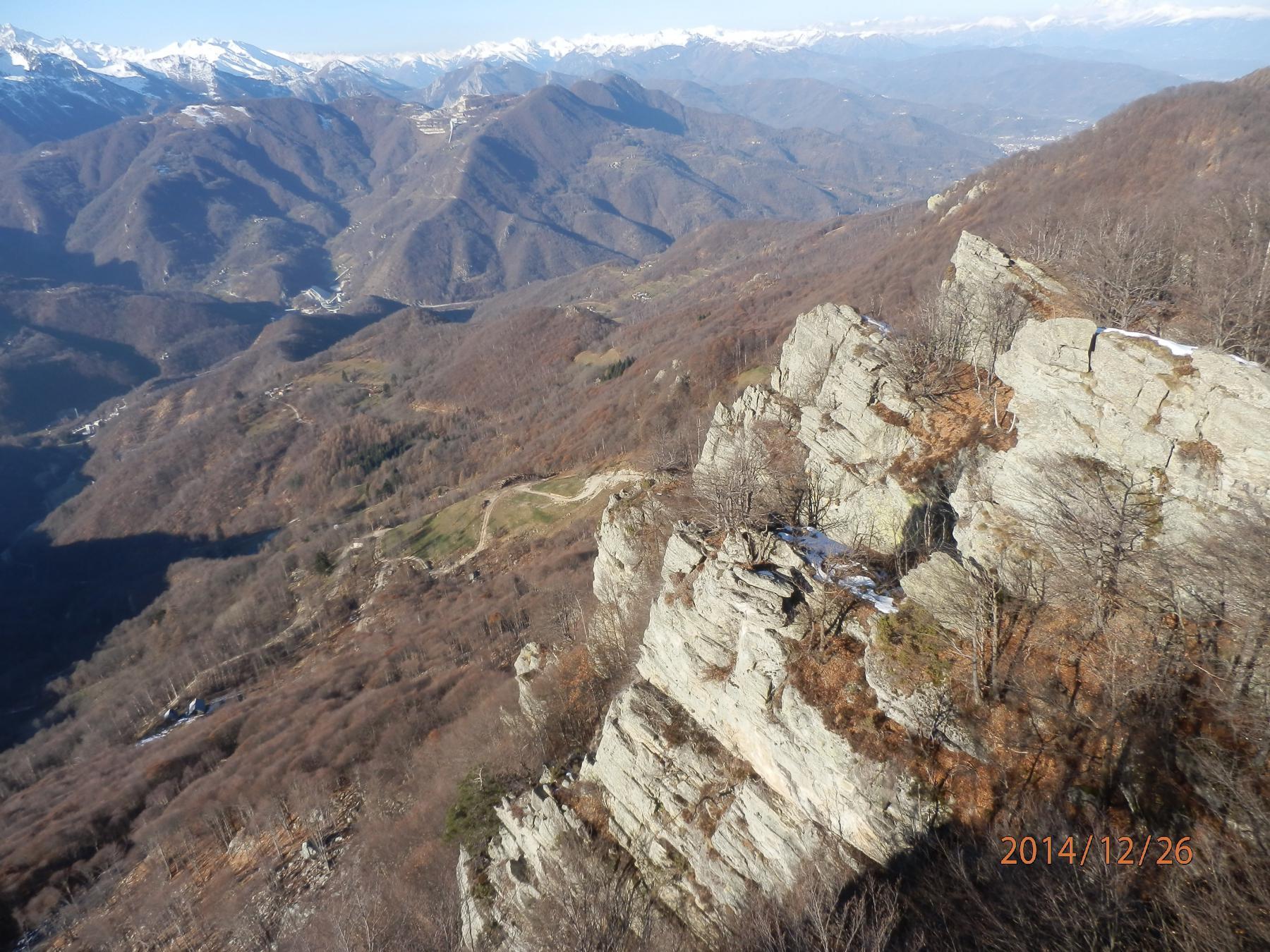 vista d'infilata delle cime rocciose dalla sommità di una intermedia