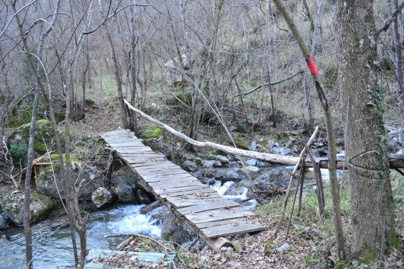 uno dei due malandati ponti da attraversare