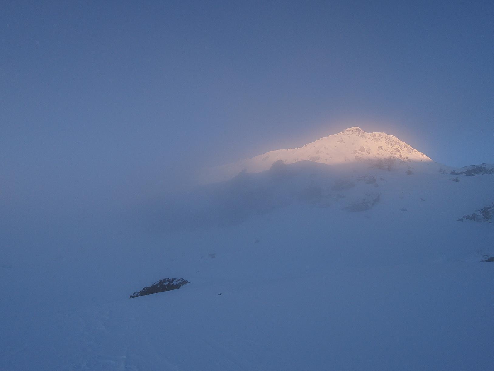 Il Tochuhorn emerge dalla nebbia del mattino