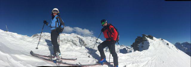 Monica e Luca sulla ripida cresta vertso la punta, sullo sfondo il Monte Rosa