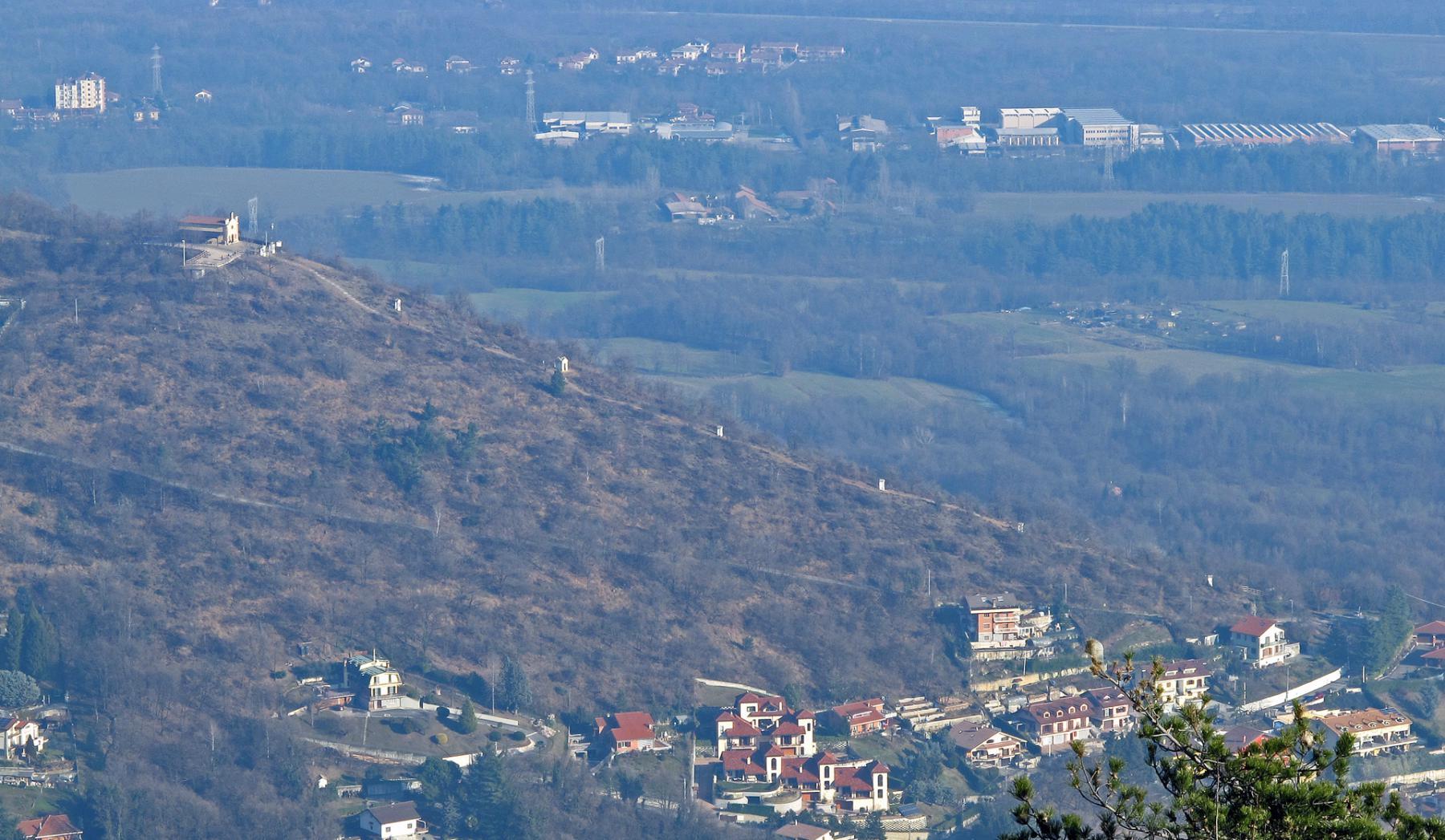 I piloni della Via Crucis,inizio di questa escursione,visti dal M. Baron