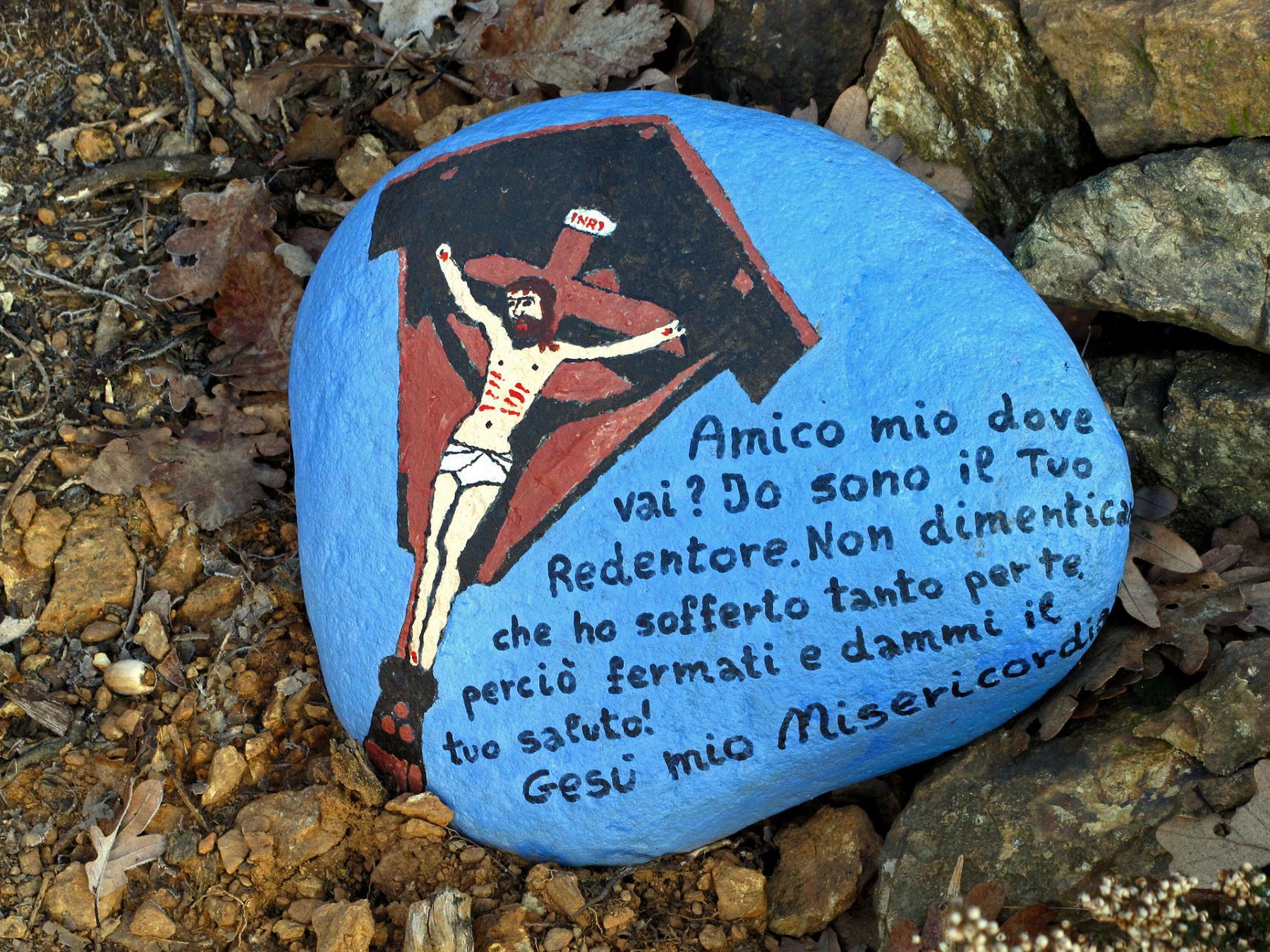 Pietra dipinta sulla mulattiera della Via Crucis
